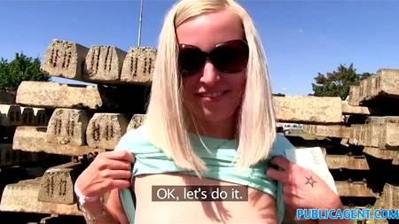 Чешская девушка соглашается заняться сексом за деньги с незнакомцем возле стройки