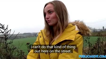 Девка, идущая вдоль трассы в куртке и мини-юбке привлекла внимание мужика, который легко развел ее на секс в тачке