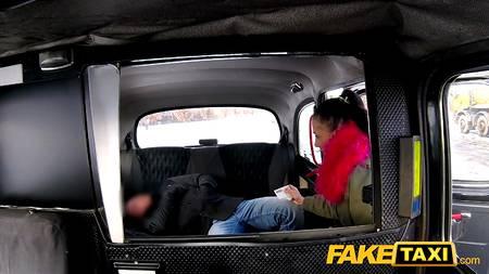 Водитель трахает распутную пассажирку в салоне рабочей тачки для FakeTaxi