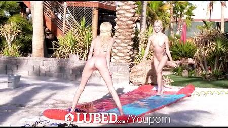 Голые блондинки встали перед голым пенисом любовника во дворе дома