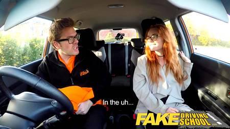 Инструктор по вождению трахает рыжую девушку в учебном автомобиле