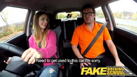 Молодая девушка сдает экзамен по вождению в автошколе через секс с инструктором в салоне