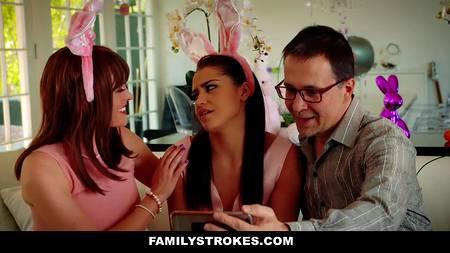 Аниматор в костюме кролика трахает девушку в комнате возле друзей