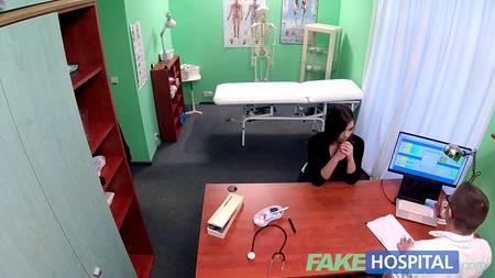 Бесстыжий врач раздел пациентку и грохает хером в кабинете, пока никто этого не видит