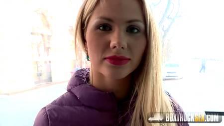 Блондинка соглашается за небольшую сумму трахнуться с парнем в кузове грузовой машины с прозрачными бортами