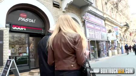 Сиськастая блондинка согласилась и на массаж, и на необычную измену старому любовнику