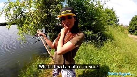 Отправился с девушкой на рыбалку и потрахался в палатке на природе в POV порно