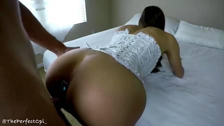 Анальный секс с девушкой в белом корсете в нескольких положениях на простыне