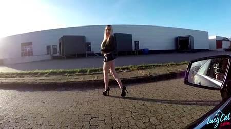 Симпатичная блондинка трахается со мной возле автомобиля в городе