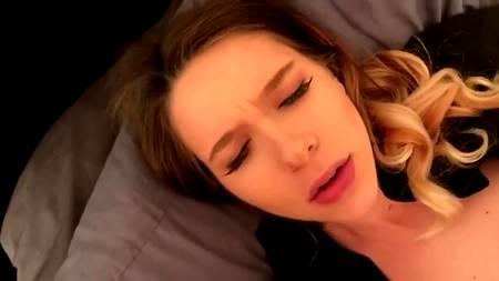 Моя подруга лежала на кровати без дела, поэтому я напряг ее отсосом члена для получения оргазма