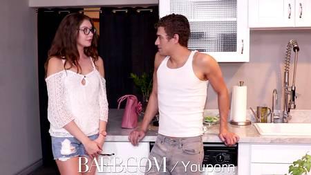 Очкастая девушка Elena Koshka трахнется с приятелем на кухне