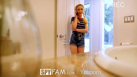 Молоденькая блондинка стелится под фаллос и отгребает в манду на постели