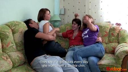 Две пары проводят время в одной комнате, как вдруг одна из девах начинает при всех сосать болт и дает старт групповухе