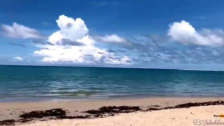 Мужик вывез на берег океана созревшую для секса подружку и с удовольствием присунул ей на теплом песочке пляжа
