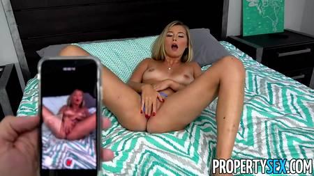 Любовница шлепает губой по пенису мужчины и радуется траху манды в POV порно