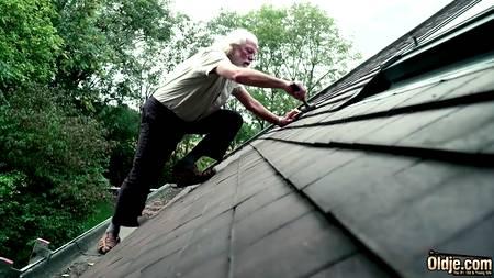 Старик спускается с крыши и трахает молодую сучку с худенькой талией на покрывале