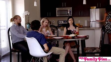 Не всем понравится то, что молодой человек трахает сразу двух девчат в спальне после обеда