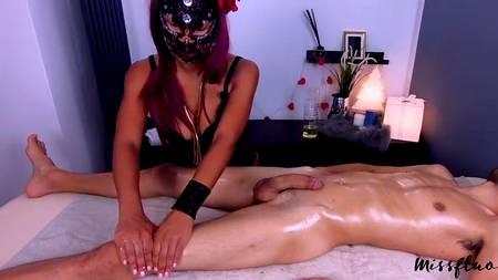 Массажистка демонстрирует любовь к фетишу, мастурбируя также член клиента салона красоты