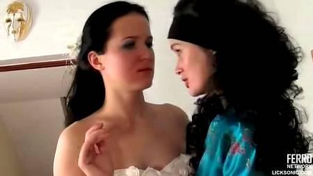 Лесбийский секс невесты и представительницы салона был случайным порывом страсти