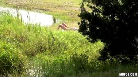 Случайный секс от первого лица с молодой голой незнакомкой на берегу реки