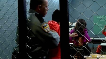 Заключенные трахаются с шикарной училкой Lisa Ann в кабинете
