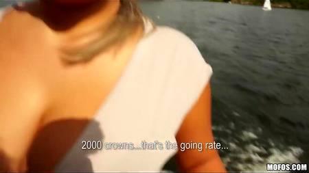Пышногрудая чертовка перепихнулась с бойфрендом во время речной прогулки