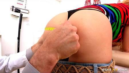 Рьяная девушка трахается с гинекологом в кабинете клиники, давая в пользование зад
