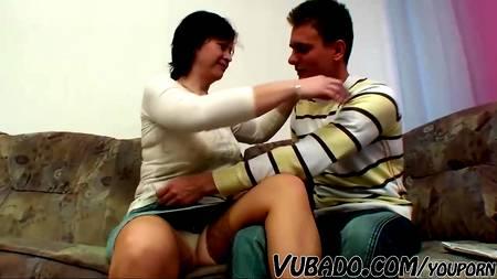 Молодой человек удовлетворил свою фантазию сексом со зрелкой на угловом диване