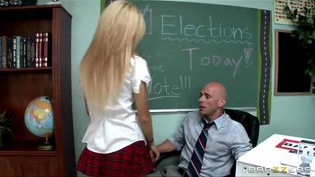В день выпускного студентка приходит попрощаться с преподавателем и напоследок решает отблагодарить его сексом