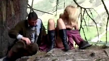 Швейцарский фермер занимается анальным сексом с белокурой сучкой в горах