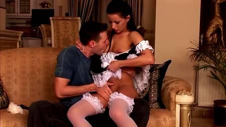 Сексапильная горничная вsnbhftn пыль и не замечает, что у нее задралась юбка, но зато это отлично видит хозяин дома со вставшимчленом