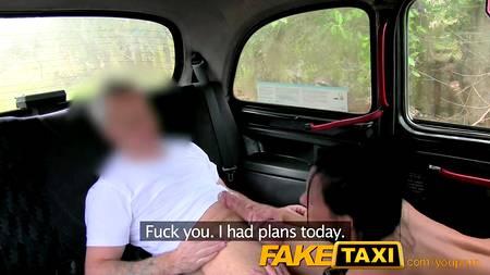 Дерзкая брюнетка с большими дойками трахается с таксистом в машине