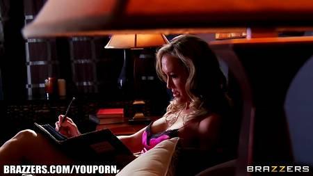 Порно звезда Brandi Love стонет от шикарного секса с лысым мужчиной в спальне